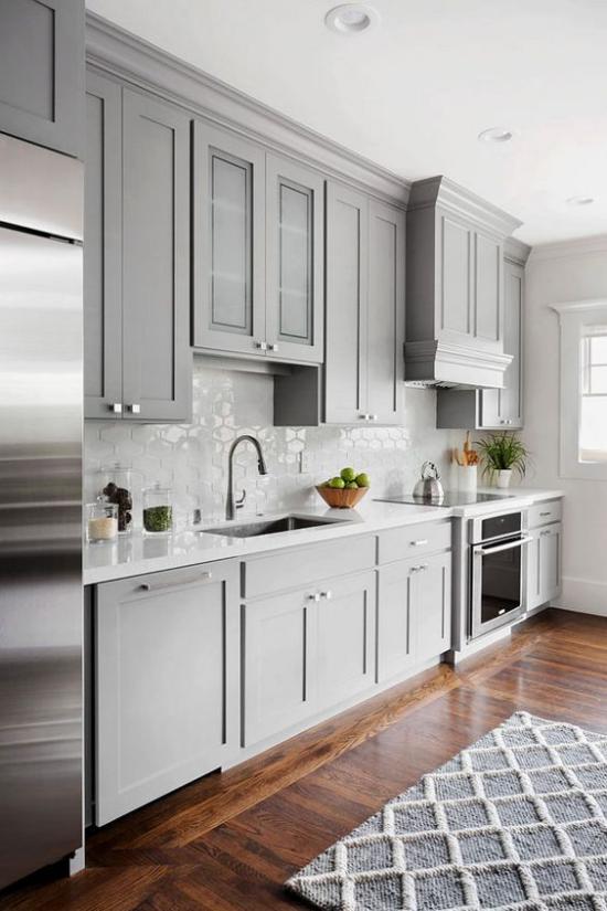 Küchenzeile stilvolles Design in Grau Ober –und Unterschränke genügend Stauraum
