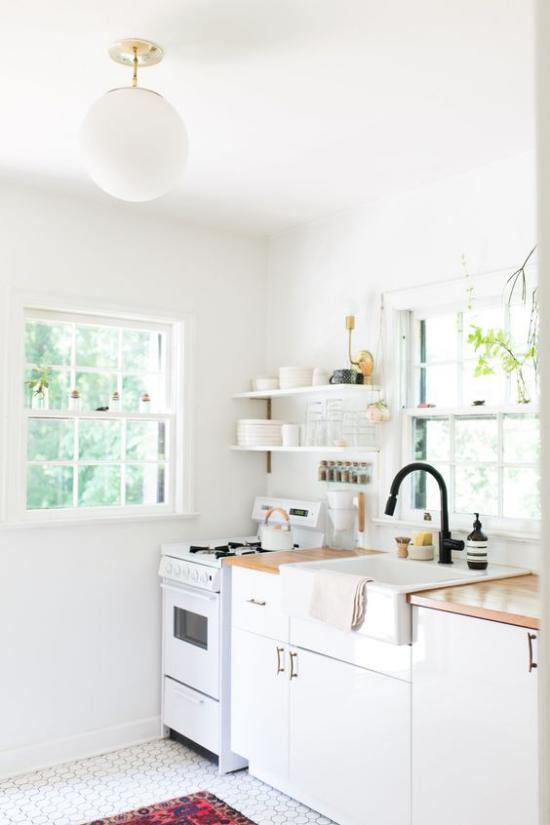 Küchenzeile von Wand zu Wand Gestaltung in Weiß im Retro Stil Regal zwei Fenster