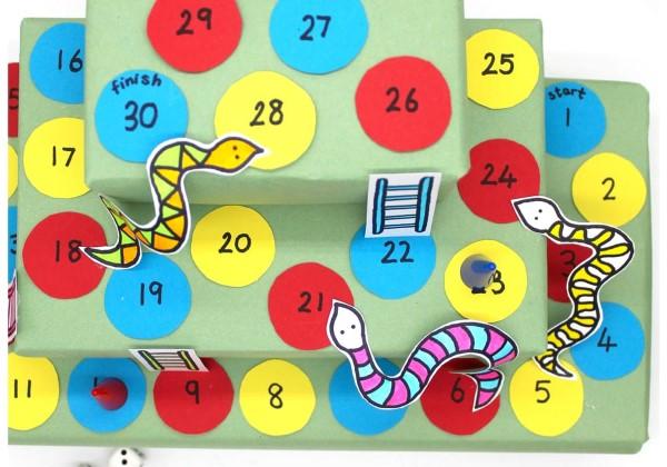 Kreative und interaktive Bastelideen gegen Langeweile für Groß und Klein leiterspiel schlangen diy brettspiel