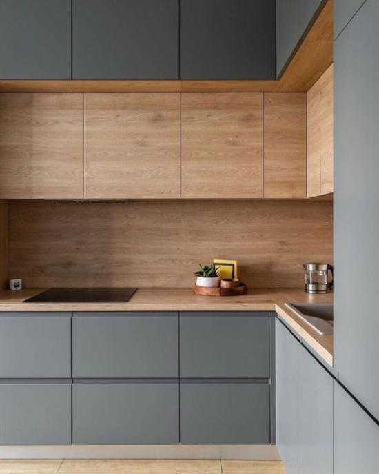 L-Küche Holzfronten Arbeitsplatten aud Holz graue Unterschränke interessante Farbkombination