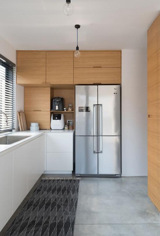 L-Küche Oberschränke helles Holz gut kombinierbar mit Grau Silber Kühlschrank