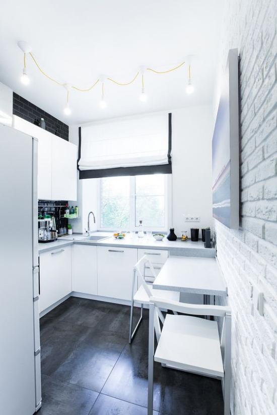 L-Küche enger Raum Fenster elegante weiße Küchengestaltung weiß getünchte Ziegelwand rechts