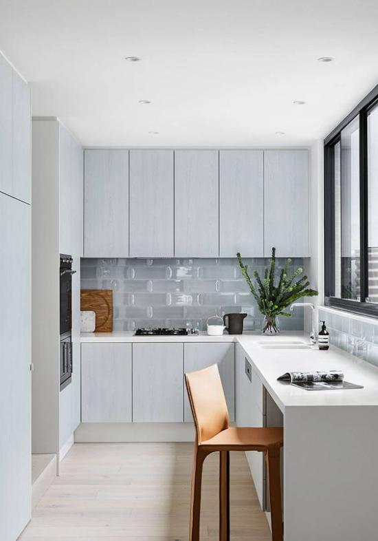 L-Küche graue Schränke viel Stauraum gute Ordnung Platz vor dem Fenster