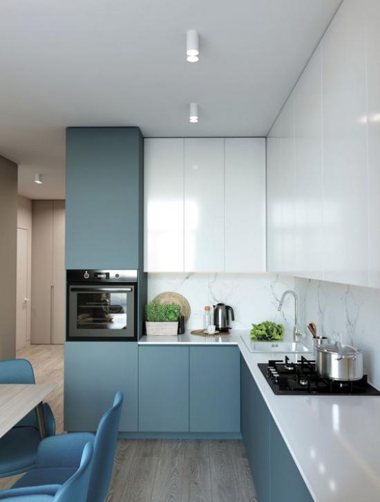 L-Küche interessantes Design in L-Form Küchenfronten in Hochglanz in Weiß Unterschränke in Aquamarin