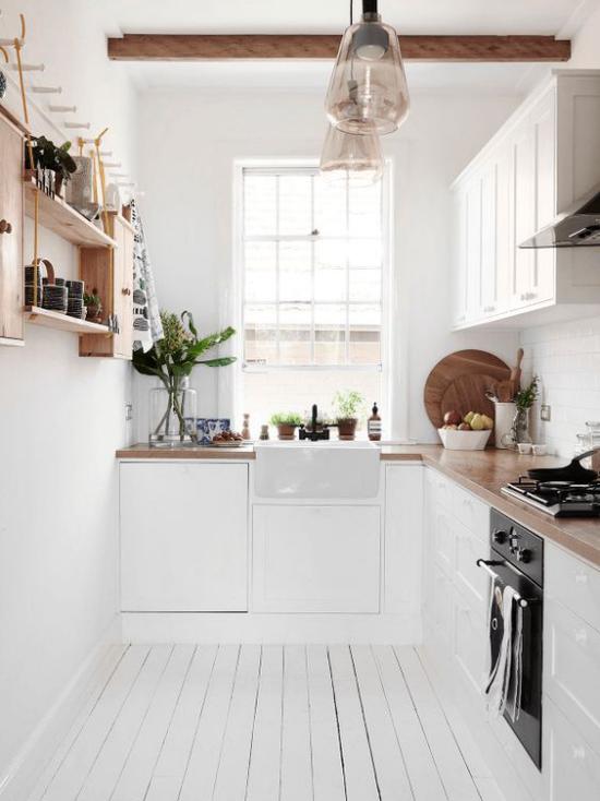 L-Küche schöne saubere Küche im Retro Stil Fenster weiße Schränke Holz Balken Regal an der rechten Wand