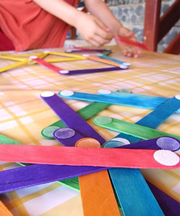 Malen und Basteln mit 2jährigen Kindern – kreative und einfache Ideen für Kleinkinder eisstiele stäbchen velcro