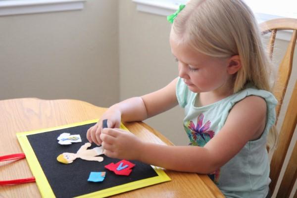 Malen und Basteln mit 2jährigen Kindern – kreative und einfache Ideen für Kleinkinder kleinkinder basteln kleben einfach