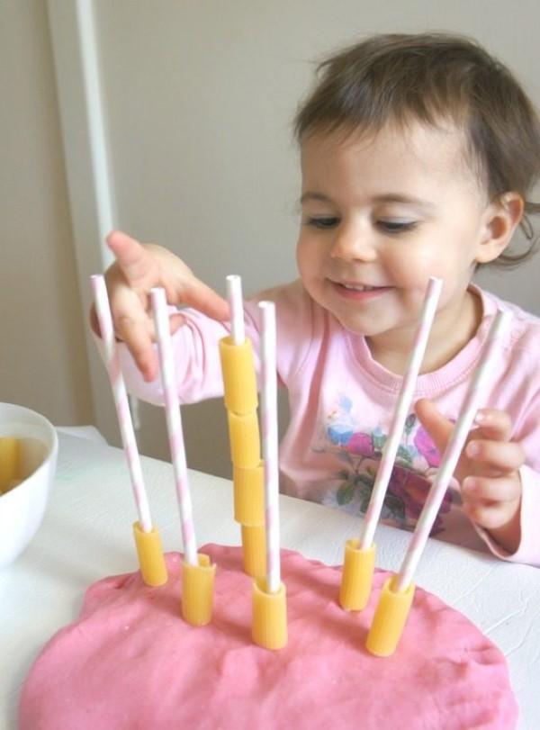 Malen und Basteln mit 2jährigen Kindern – kreative und einfache Ideen für Kleinkinder nudeln bastelideen