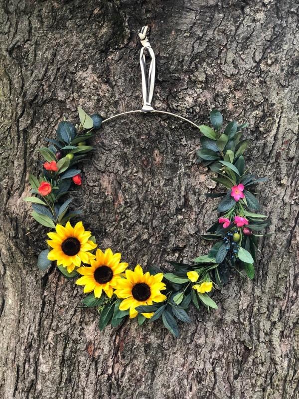 Metallring dekorieren für den Sommer – frische Bastelideen und Tipps sonnenblumen florale kranz ideen