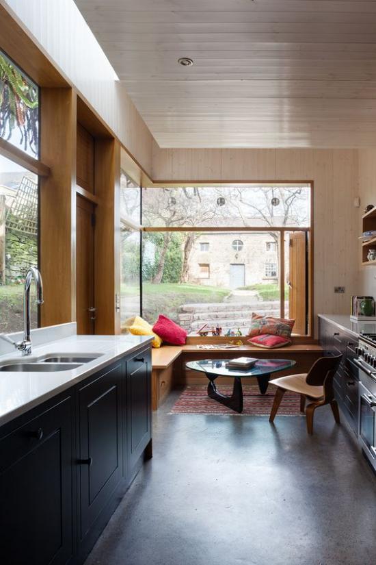 Platz am Eckfenster clever nutzen Corner Window Nook in der Küche nach amerikanischem Stil