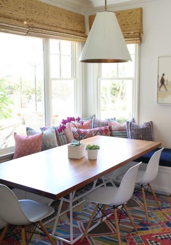 Platz am Eckfenster clever nutzen Essecke im Boho Stil bunte Deko Kissen bunter Teppich schlichte Möbel