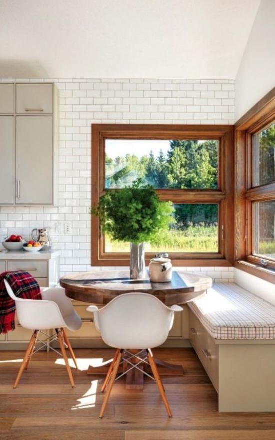 Platz am Eckfenster clever nutzen Essecke im Landhausstil weiße Metro Fliesen runder Esstisch gepolsterte Sitzbank zwei weiße Stühle