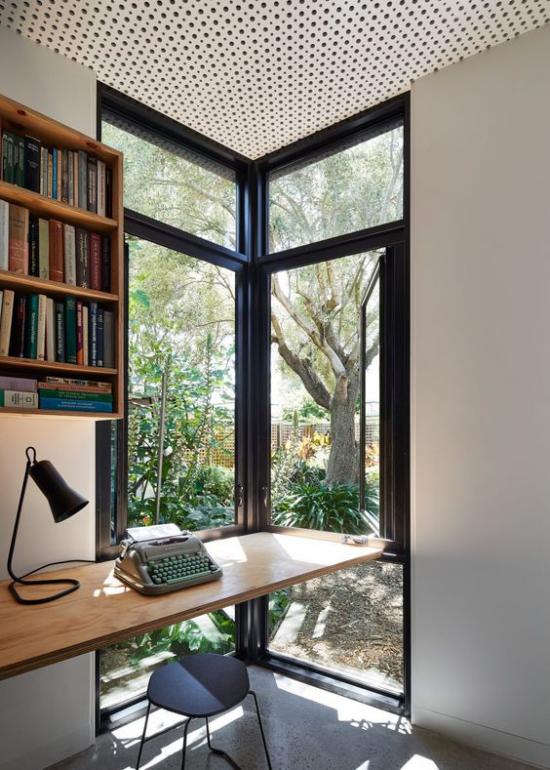 Platz am Eckfenster clever nutzen Schreibtisch am Fenster kleines Home Office einrichten viel Tageslicht das Grün im Garten genießen