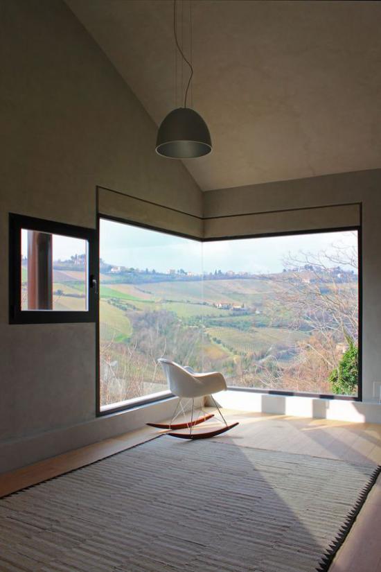Platz am Eckfenster clever nutzen Sesel Ort der Gelassenheit rustikale Aussicht