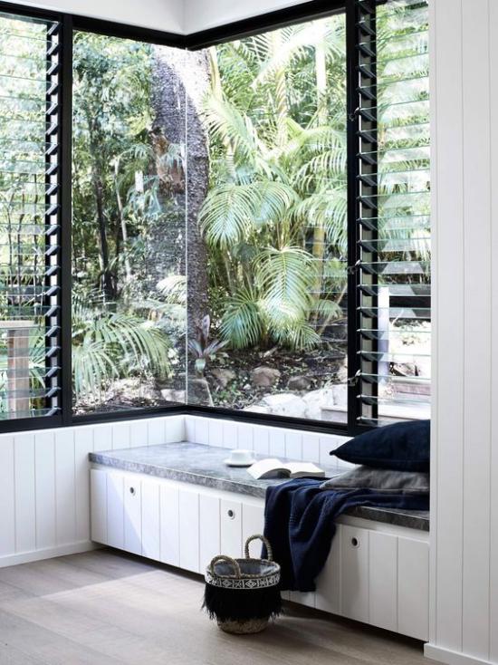 Platz am Eckfenster clever nutzen Sitzecke Polsterung Kissen decke üppige tropische Vegetation draußen bewundern