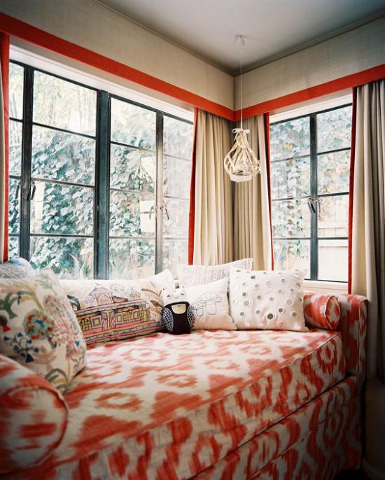 Platz am Eckfenster clever nutzen bequeme Couch einladend zum Nachmittagsschläfchen am Fenster