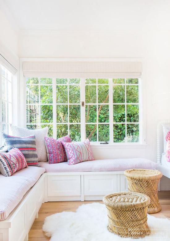 Platz am Eckfenster clever nutzen gemütliche Sitzecke gepolsterte Sitzbank Kissen viel Stauraum darunter geflochtene Hocker