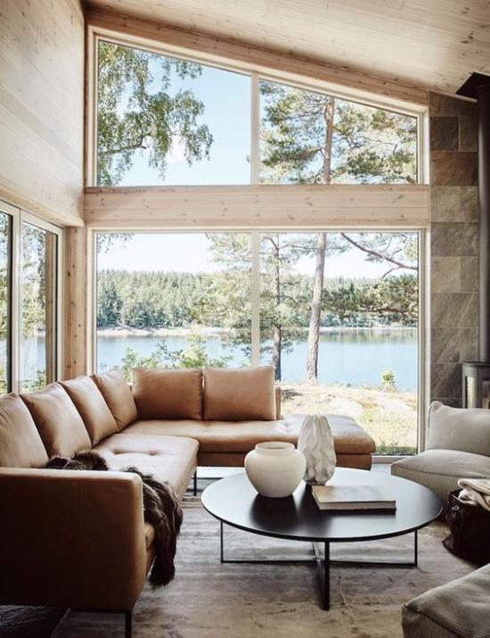 Platz am Eckfenster clever nutzen hellbraune Ledercouch kleiner runder Kaffeetisch Sessel herrliche Aussicht