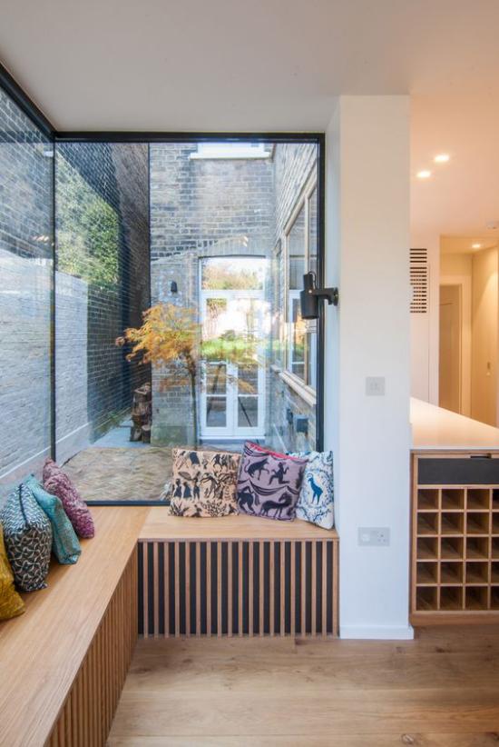 Platz am Eckfenster clever nutzen helles Holz einfache Gestaltung keine Deko viel Stauraum unter der Sitzbank