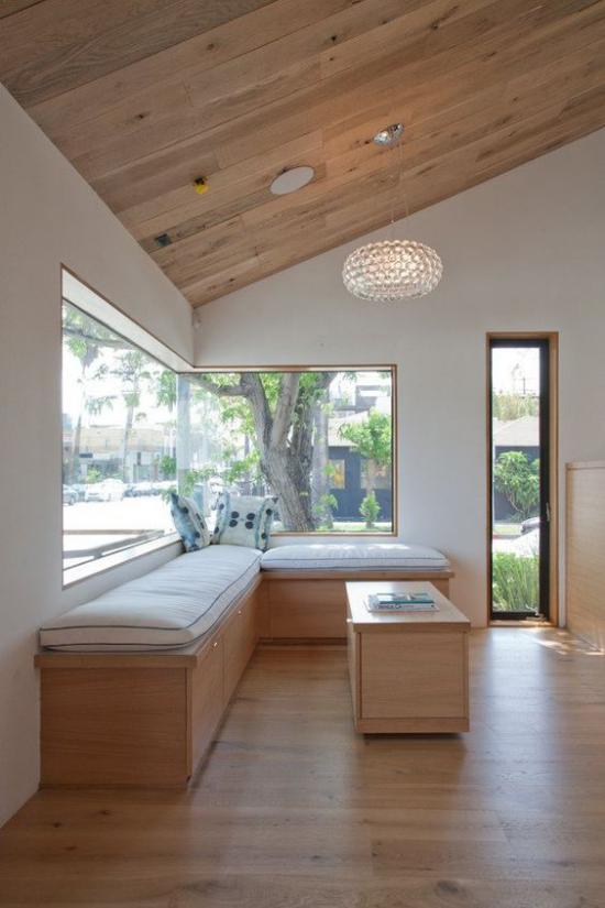 Platz am Eckfenster clever nutzen helles Holz verwenden minimalistische Gestaltung der Ecksitzbank