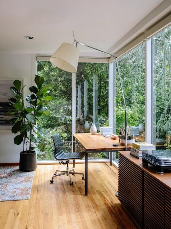 Platz am Eckfenster clever nutzen kleines Home Office einrichten viel Tageslicht grüne Pflanzen