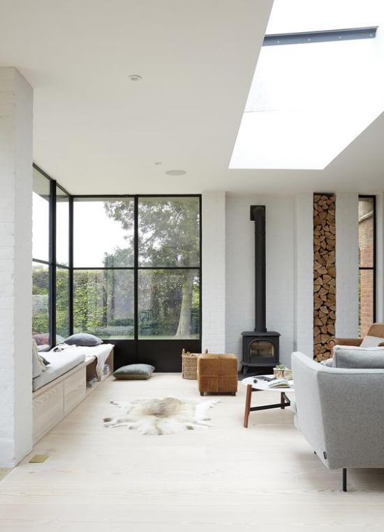 Platz am Eckfenster clever nutzen minimalistisch gestaltet im Scandi Style einfache Möbel helle Farben