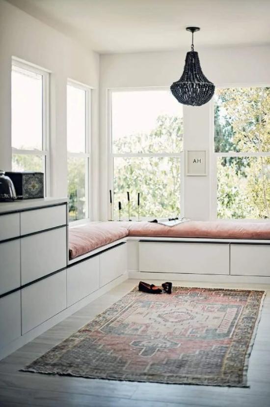 Platz am Eckfenster clever nutzen minimalistische Gestaltung Teppich Polsterbank Kerzen keine Deko