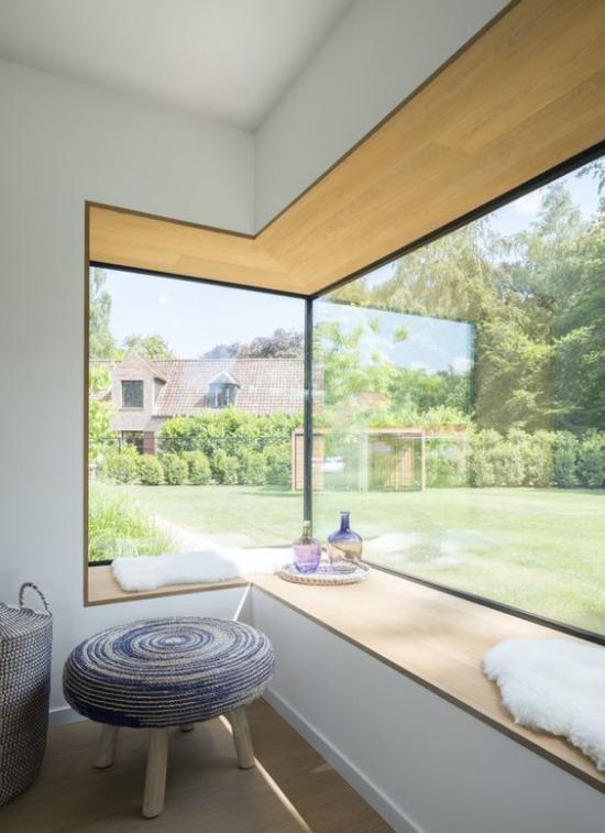 Platz am Eckfenster clever nutzen minimalistische Gestaltung herrliche Aussicht draußen genießen