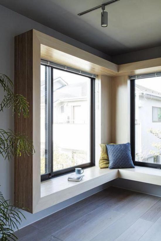 Platz am Eckfenster clever nutzen minimalistische Gestaltung keine Polsterung keine Deko nur zwei Kissen