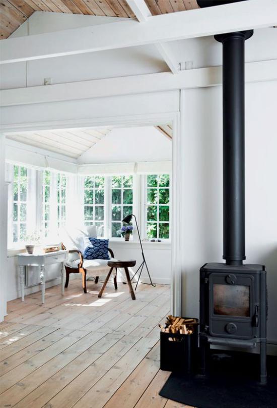 Platz am Eckfenster clever nutzen minimalistische Raumgestaltung einfache Möbel keine Deko