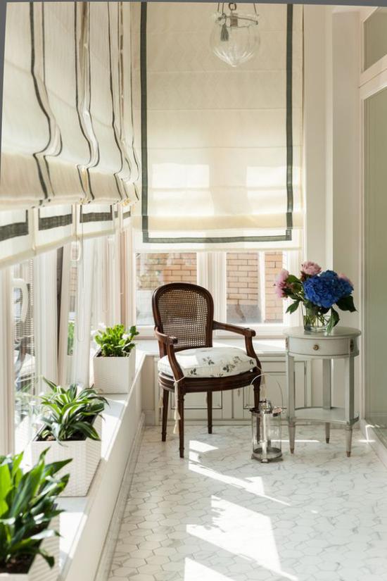 Platz am Eckfenster clever nutzen perfekter Ort der Ruhe Sessel Fensterrollos schmale Fensterbank mit Topfpflanzen dekorieren