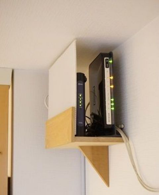 Router verstecken Extra Platz in Holzkiste in einer Zimmerecke
