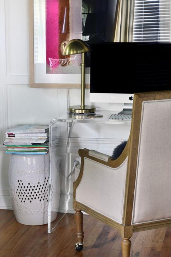 Router verstecken Gerät unsichtbar vielleicht im großen Porzellankorb neben den Schreibtisch