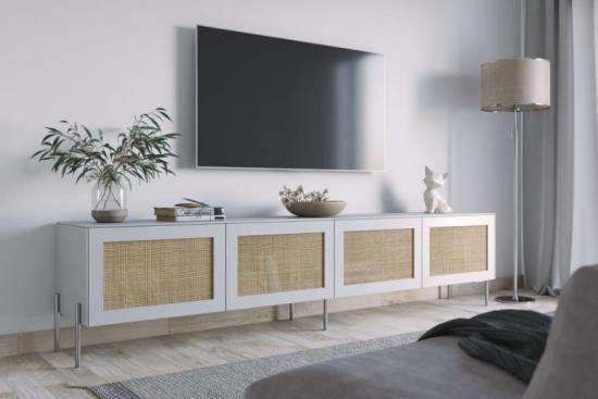 Router verstecken Ikea Sideboard im modernen Wohnzimmer kleine Deko Artikel Lampe Fernseher an der Wand darüber