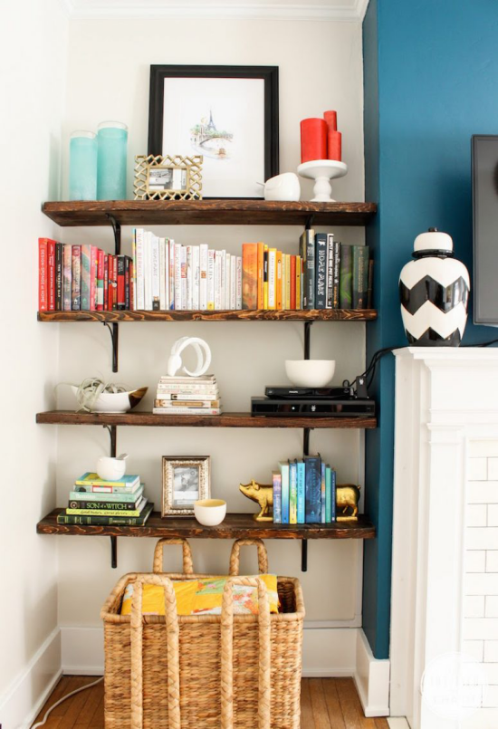 Router verstecken auf dem Regal platziert aber gut versteckt hinter dekorativen Artikeln Büchern oder dem Wandbild