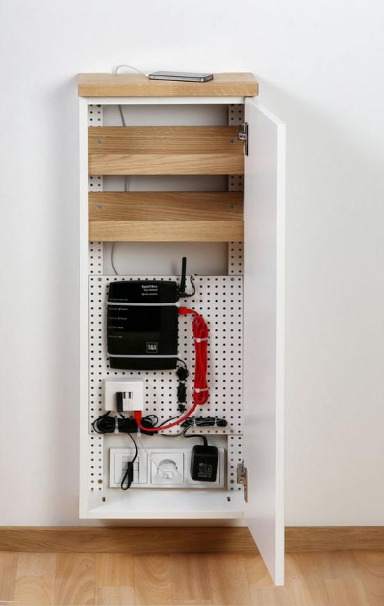 Router verstecken im Wandschrank extra zum Zweck montiert