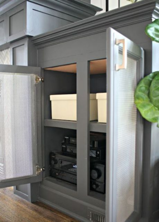 Router verstecken in einer Box im Unterschrank leicht zugänglich