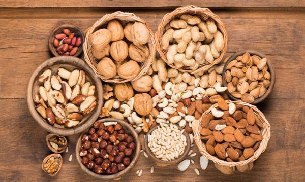 Sattmacher gesund gegen Heißhunger Nüsse verschiedenen Sorten in kleinen Schalen