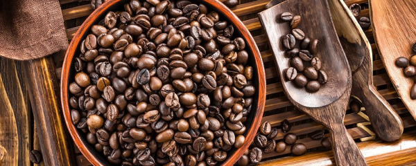 Sattmacher gesund gegen Heißhunger geröstete Kaffeebohnen für eine Tasse duftenden Espresso