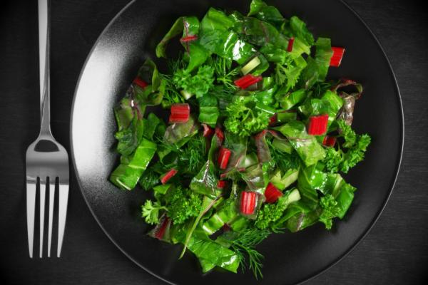 Sattmacher gesund gegen Heißhunger grüner Salat mit Blattgemüse Rhabarber Petersilie
