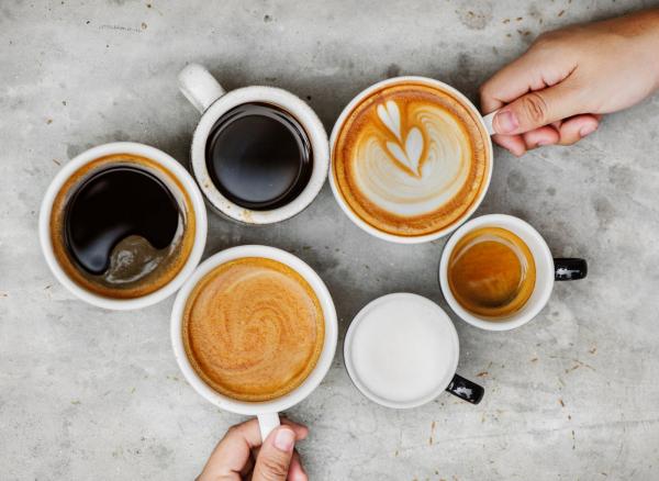 Sattmacher gesund gegen Heißhunger verschiedene Tassen Kaffee unterschiedliche Kaffeesorten