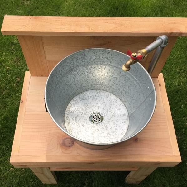Spüle im Freien 50 Gartenspüle Ideen Holztisch Eimer von oben
