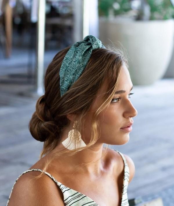 Stilvolle Frisuren mit Haarband für jeden Anlass und jede Jahreszeit blau hübsch modern