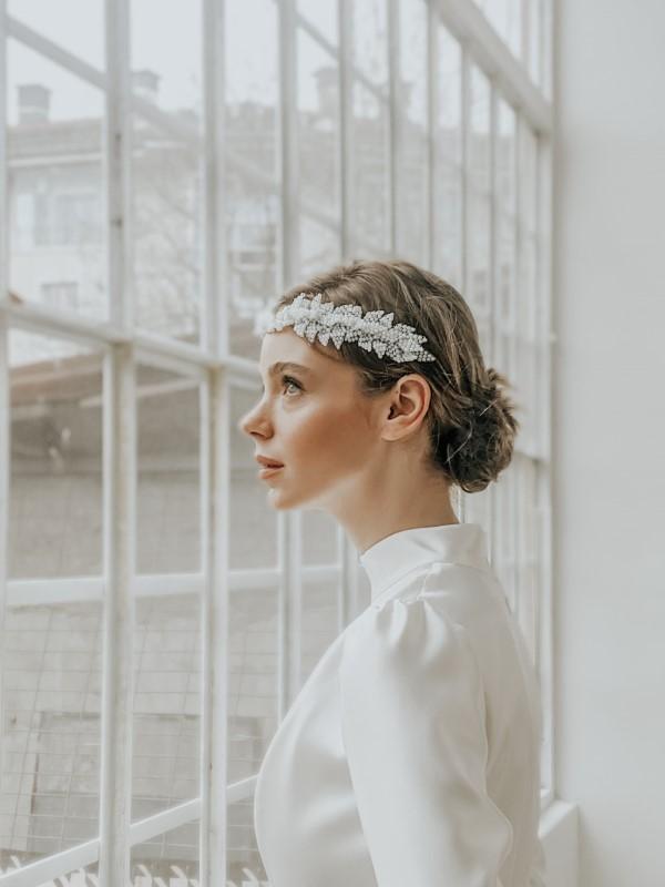Stilvolle Frisuren mit Haarband für jeden Anlass und jede Jahreszeit hochzeit ideen minimalistisch