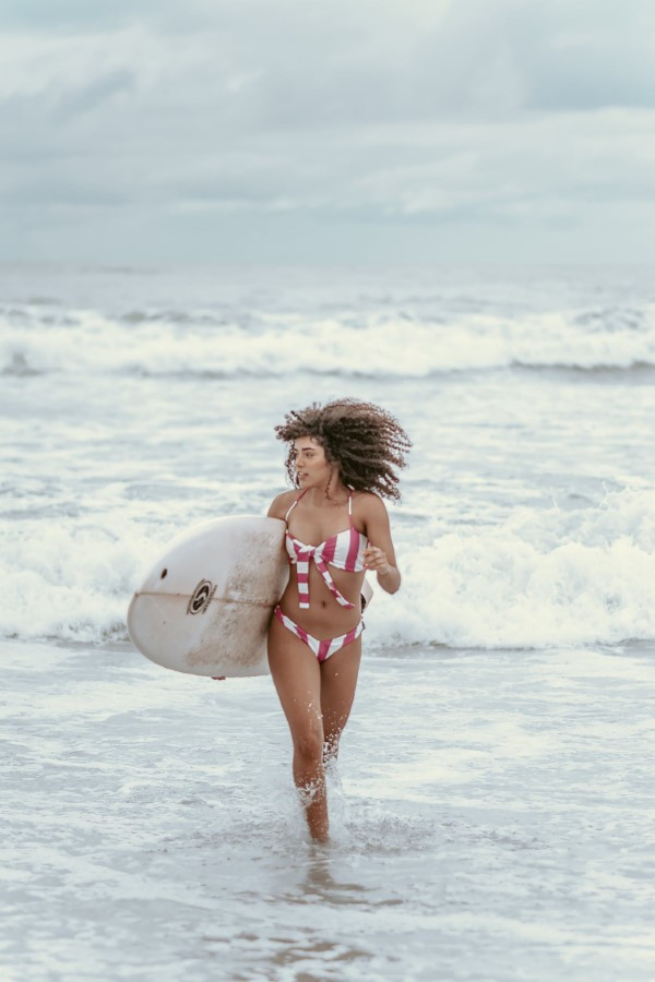 Surfer Frisur – der aktuelle Sommerlook schlechthin natürliche lockige haare