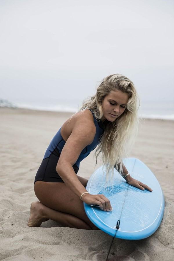 Surfer Frisur – der aktuelle Sommerlook schlechthin surfer frau trendy