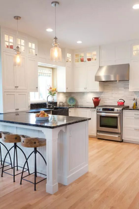 U-Küche Holzboden Hängeleuchten eingebaute Raumbeleuchtung sehr angenehme Atmosphäre zum Kochen und Verweilen