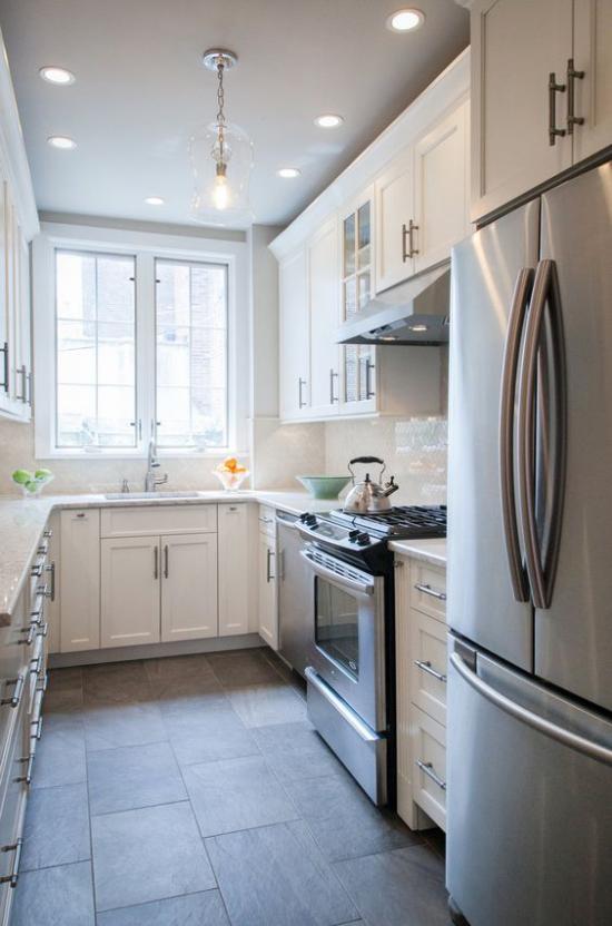 U-Küche auf engem Platz Fenster eingebaute Küchengeräte viel Stauraum