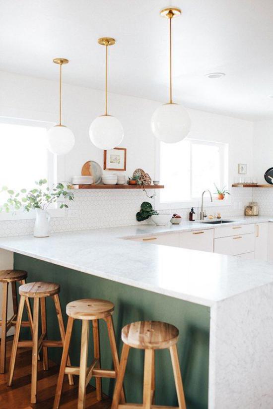 U-Küche dritte Zeile Hocker weiß dominiert Holz gut präsent grüne Akzente Topfpflanze