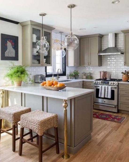 U-Küche dritte Zeile als Theke Obstschale mit Orangen Hocker Holzboden Metro Fliesen
